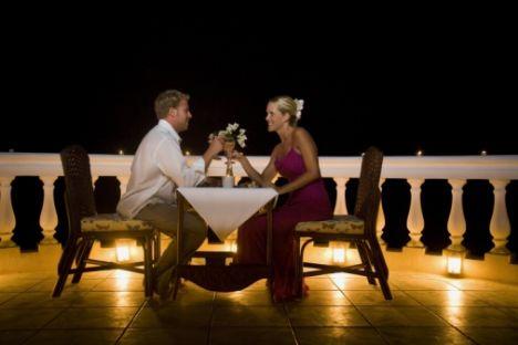 Aşk romantizmle beslenir!  Romantizm için özel günleri beklemeniz gerekmez. Herhangi bir zaman ve herhangi bir günde ona o kadar romantik yaklaşırsınız ki, ömür boyu o anı unutmaz. Hele aşk hiç unutmaz.  Haftada bir gün romantik mum ışığında baş başa bir yemek yiyin ve romantik yemeğinizi tatlı aşk fısıltılarıyla süslemeyi unutmayın!